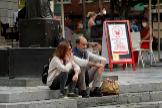 Una pareja fuma en una plaza de Oviedo
