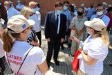 El presidente Puig charla con vigilantes de la playa contratados por la Generalitat.