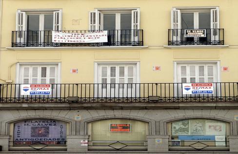 Bloque de viviendas en el centro de Madrid con carteles de 'Se alquila' en plena pandemia.