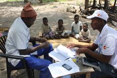 Campaña de administración masiva de fármacos antimaláricos en Magude, Mozambique.