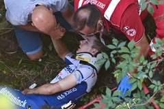 Remco Evenepoel es atendido tras su caída.