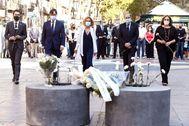 lt;HIT gt;BARCELONA lt;/HIT gt;.- La presidenta del Congreso de los Diputados, Meritxell Batet (c), el ministro de Sanidad Salvador illa (2i), el presidente de la Generalitat, Quim Torra (2d), la alcaldesa de lt;HIT gt;Barcelona lt;/HIT gt;, Ada Colau (d), y el presidente del Parlament, Roger Torrent (i), guardan un minuto de silencio en la ofrenda floral en las Ramblas, celebrado durante el acto de homenaje a las víctimas del atentado terrorista del 17 de agosto de 2017.