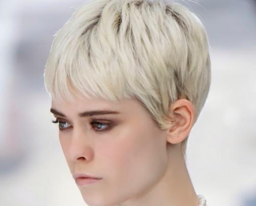 El corte que aúna dos tendencias: el pixie ceniza claro visto en el desfile de Chanel.
