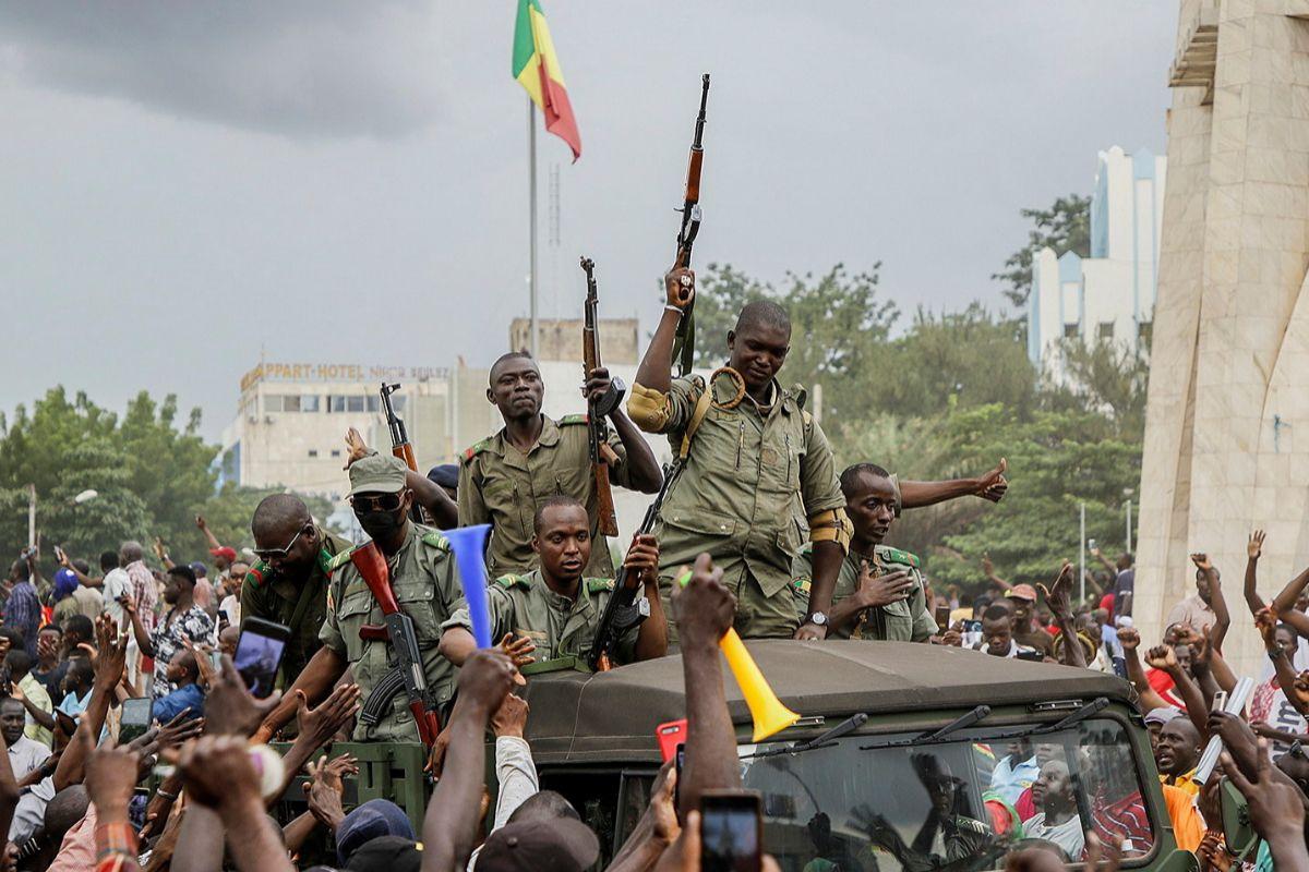 Los militares entran en Bamako aclamados por la población.