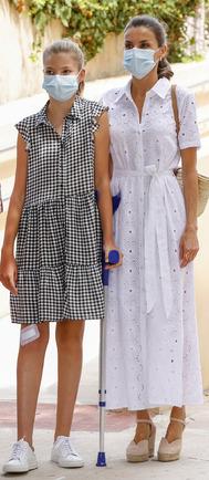 es sin duda uno de los estampados de la temporada. La Infanta lo lució durante su visita al centro Naum en Mallorca, con un vestido por encima de la rodilla, en blanco y negro -acierto total- y con sneakers blancas.