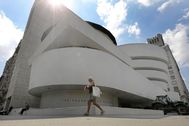 New York (United States), 12/08/2020.- A woman walks past the Solomon R. lt;HIT gt;Guggenheim lt;/HIT gt; Museum in New York, New York, USA, 11 August 2020. New York City Museums currently plan to reopen on a limited basis in the last week of August 2020. (Abierto, Estados Unidos, lt;HIT gt;Nueva lt;/HIT gt; York) EPA/