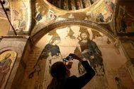 Una turista visita la basílica de San Salvador de Chora.