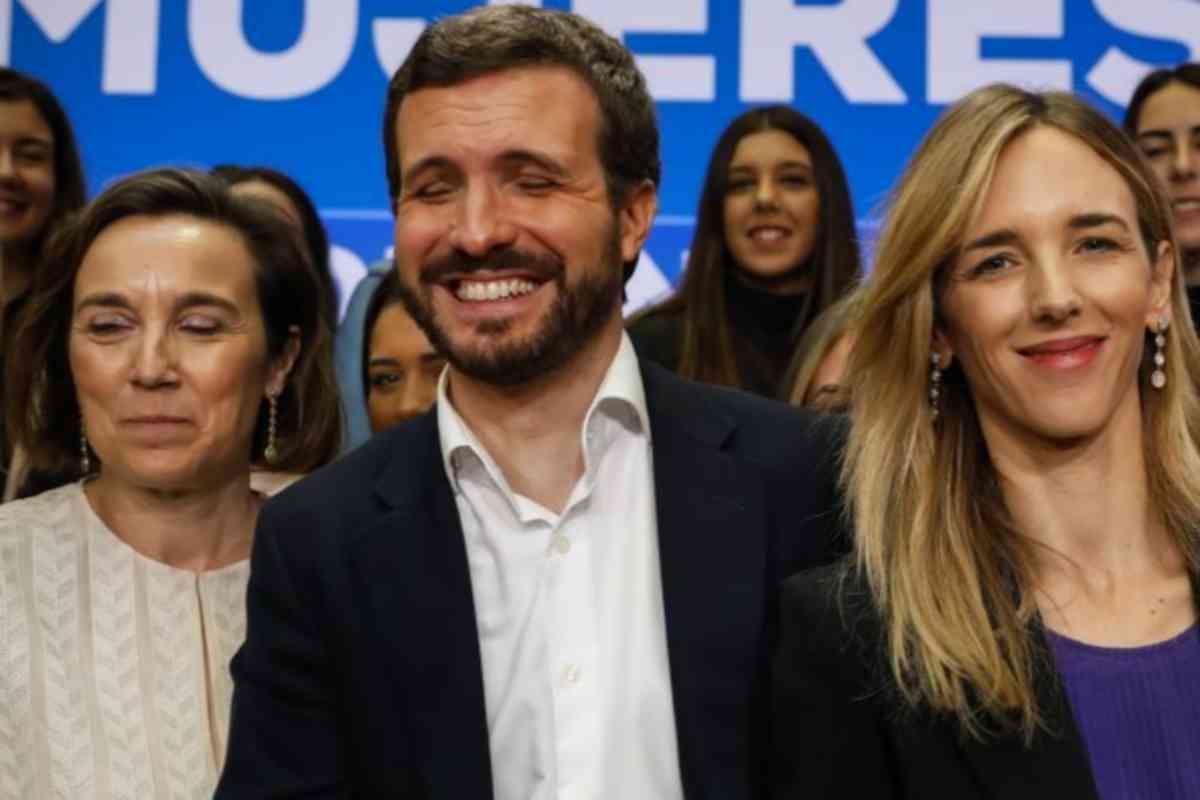 Clausura del congreso 'Mujeres por Encima de Todo', el 6 de marzo, con Pablo Casado entre Cuca Gamarra y Cayetana Álvarez de Toledo.
