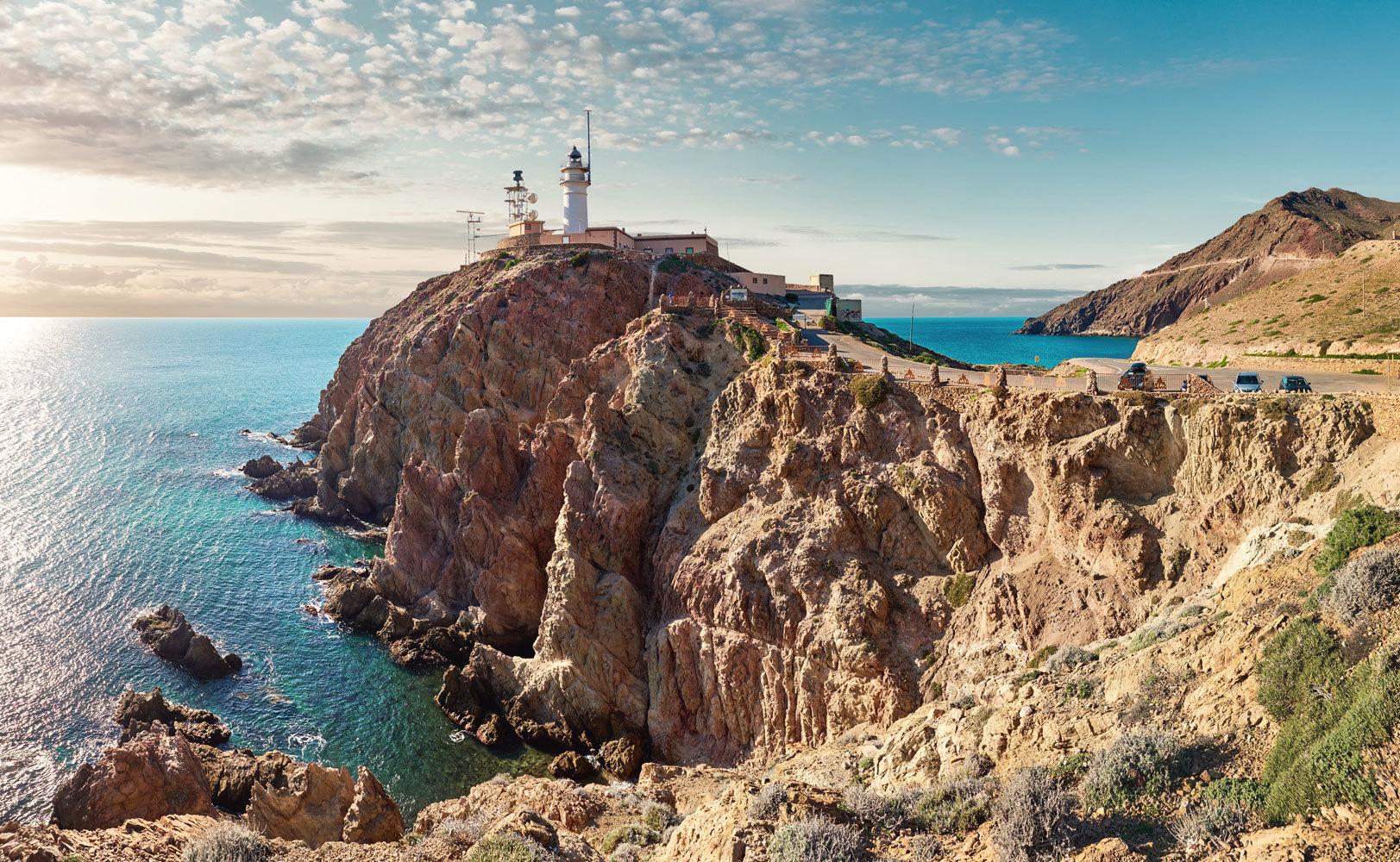 """La Ruta 181 ya es una realidad. Un nuevo recorrido por todos y cada uno de los faros de la <strong>Península Ibérica</strong> (181, de ahí el nombre) que cubre 4.800 kilómetros de costa. De ellos, <strong>140 faros pertenecen a España</strong> (tan bellos como el del Parque Natural de Cabo de Gata-Níjar, <a href=""""https://www.elmundo.es/viajes/espana/2019/07/15/5d12048521efa0a0578b47cc.html"""" target=""""_blank"""">en Amería</a>, en la imagen superior), mientras que 40 lo hacen Portugal y tan solo uno a Gibraltar."""