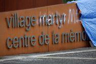 Pintadas en el cartel del centro de la me4moria de Oradour-sur-Glane.