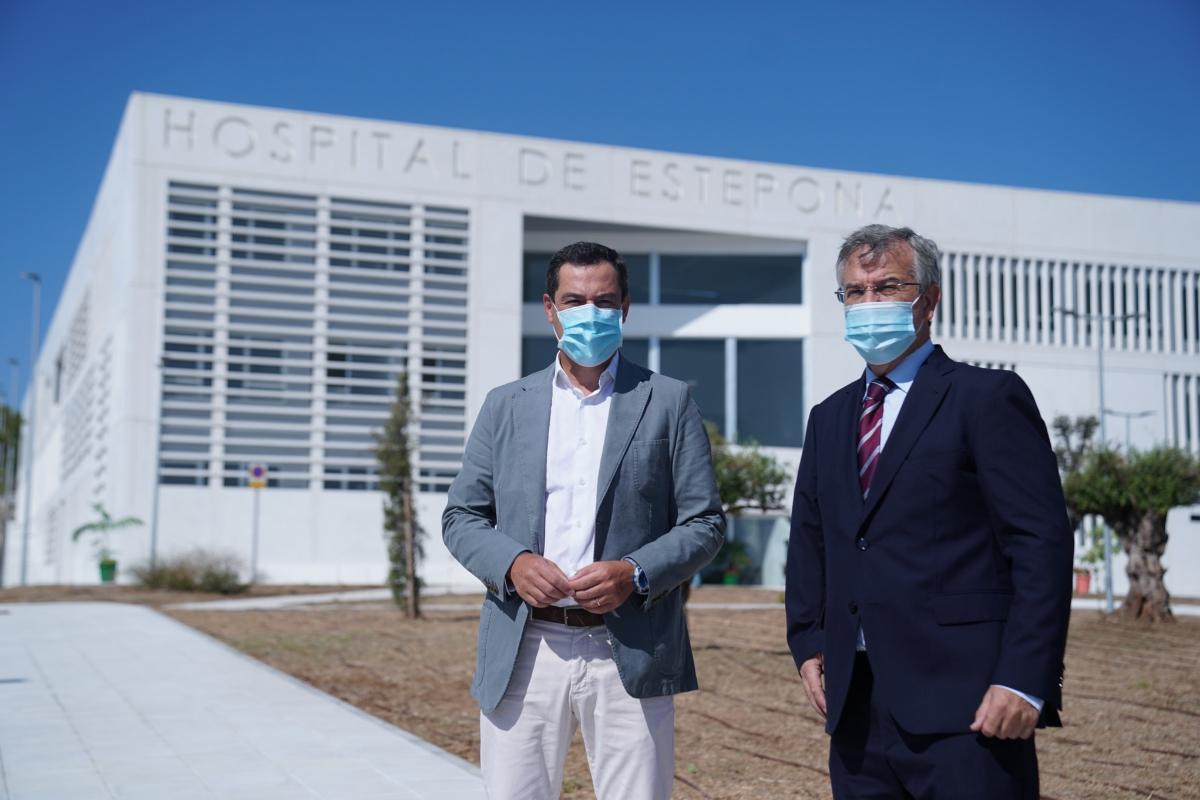 El presidente de la Junta, Juanma Moreno, y el alcalde de Estepona, José María García Urbano, ante el nuevo hospital.