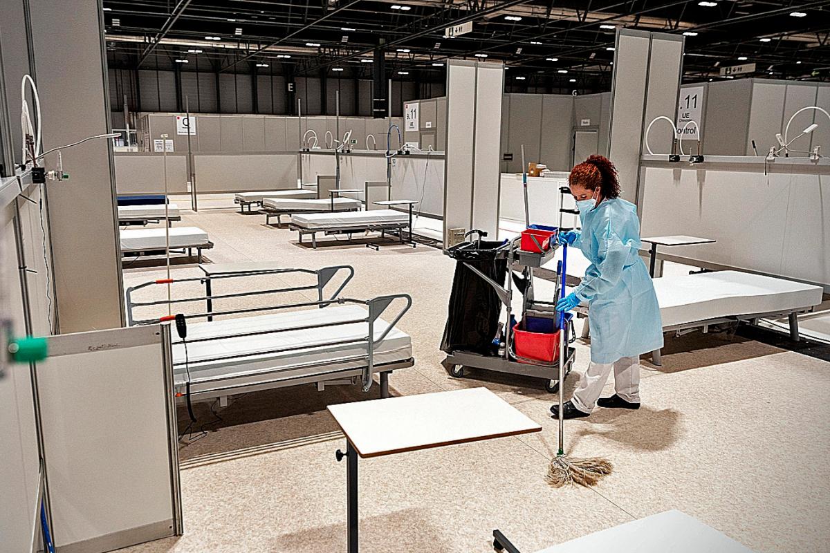 Una limpiadora, en el hospital de campaña de Ifema, en marzo, en Madrid.