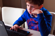 Un buen ordenador portátil se ha convertido en una herramienta imprescindible que los niños puedan seguir sus clases mientras dura la pandemia.