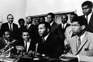 Bill Russell y Lew Alcindor, entre otros, rodean a Muhammad Ali, en un acto de apoyo por negarse a ir a Vietnam, en Cleveland, en 1967.