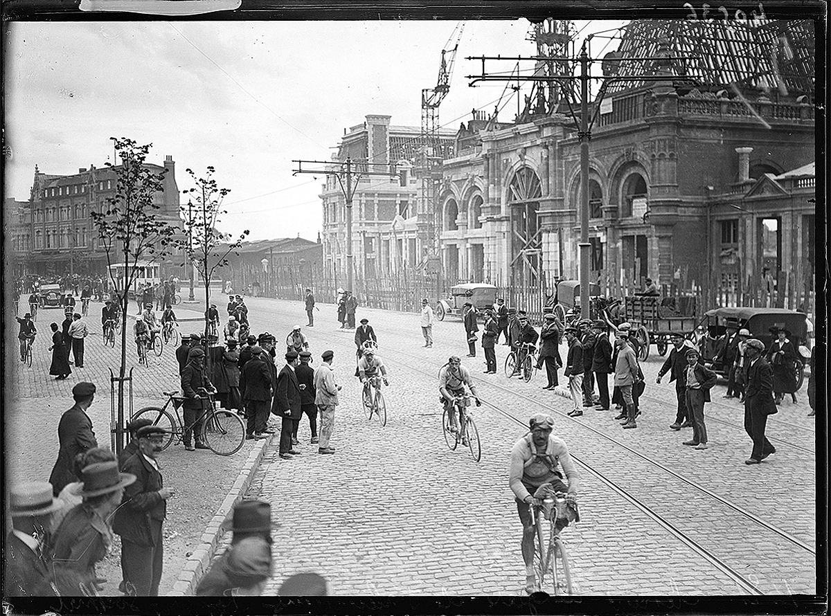 Corredores y público, en Valenciennes, en 1920.