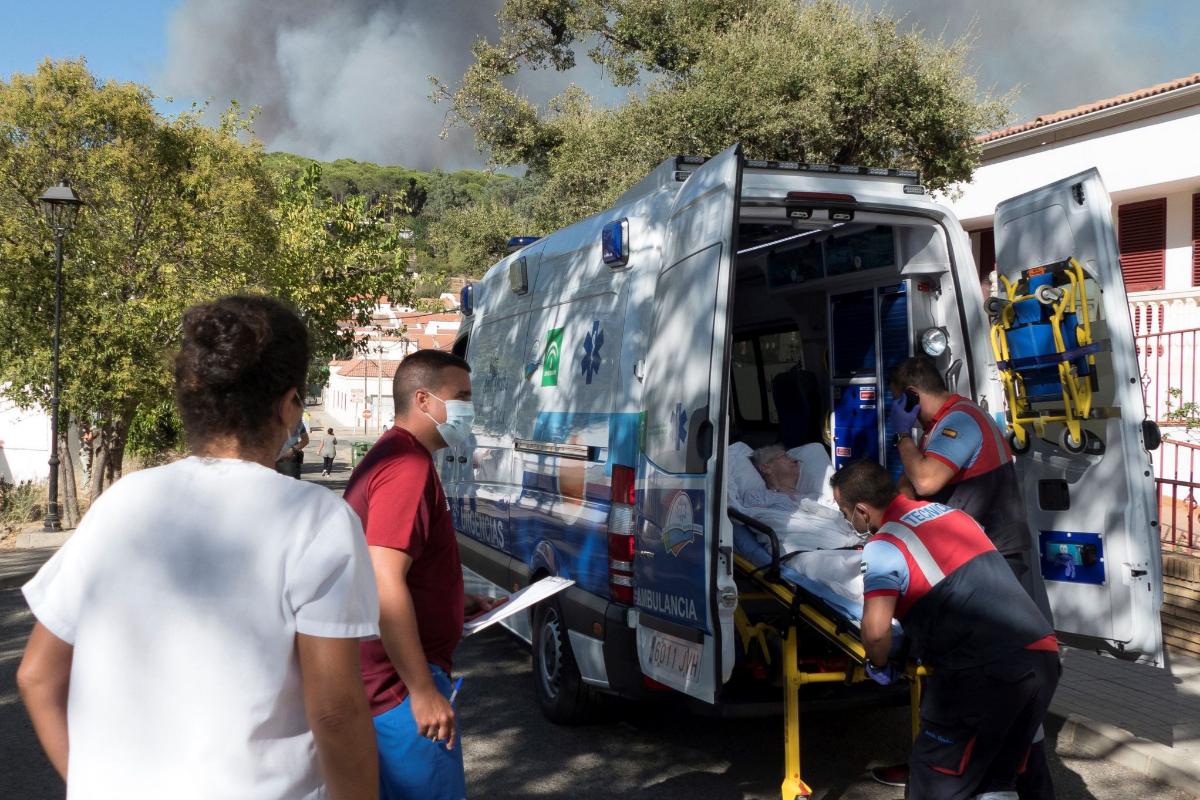 Una residente del geriátrico de La Zarza, durante su traslado en ambulancia.