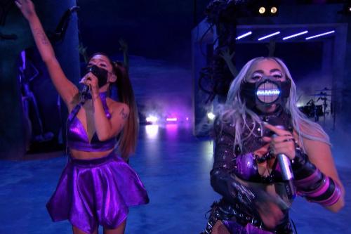 Lady Gaga y Ariana Grande interpretan 'Rain on Me' en los MTV VMAs.