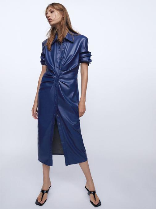 Vestido camisero de efecto piel de Zara. Su precio, 39,95 euros.