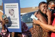 La tía de Dijon Kizzee, muerto a tiros por la policía en Los Ángeles, llora en medio de las protestas contra la violencia policial.