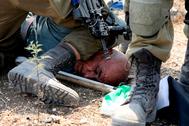 Un soldado israelí detiene a un manifestante palestino durante una protesta el martes en Shufa, Cisjordania.