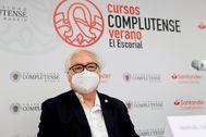 """GRAF5245. SAN LORENZO DEL ESCORIAL, 27/07/2020.- El ministro de Universidades, Manuel lt;HIT gt;Castells lt;/HIT gt;, imparte la ponencia """"Demoracia y Comunicación: una perspectiva global"""" en San Lorenzo del Escorial en Madrid, este lunes. EFE/ Chema Moya"""