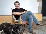 Andrés Trapiello en su casa de Extremadura, donde el escritor está confinado.