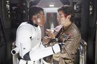 John Boyega, junto a Oscar Isaac, en una escena de 'El despertar de la fuerza'.