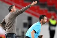 Luis Enrique da instrucciones a sus jugadores.