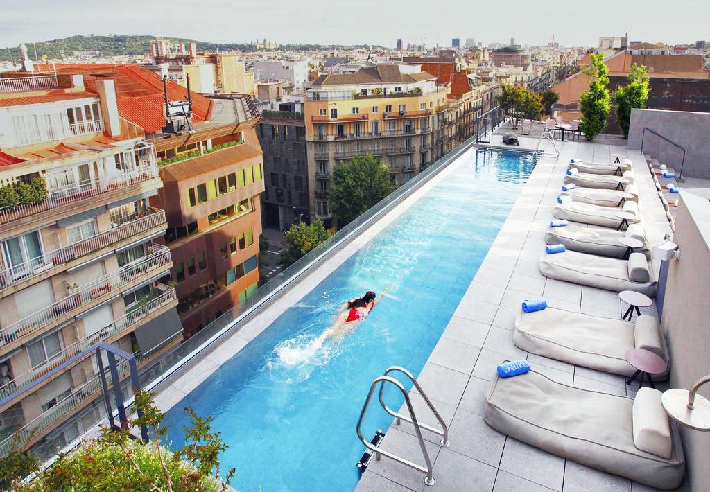 """Diseño, vistas panorámicas y una piscina de cristal. Son las señas de <a href=""""https://preferredhotels.com/hotels/spain/hotel-ohla-barcelona?utm_expid=.8Dz9E8nHR_-Z_mu7VmkIcQ.0&utm_referrer="""" target=""""_blank"""">Ohla Barcelona</a>, un hotel boutique lleno de historia con la propuesta gastronómica de <strong>Romain Fornell,</strong> chef del <strong>restaurante Caelis</strong>, galardonado con una Estrella Michelin. Miembro del selecto club de hoteles independientes de lujo, <strong>Preferred Hotels,</strong> es conocido también por los <strong>mil ojos de cerámica de su fachada</strong>, obra de <strong>Frederic Amat. </strong>En la octava planta, alberga una terraza perfecta para el aperitivo, un cóctel o unas tapas. Sin olvidar su piscina. El hotel cuenta con <strong>descuentos del 10% de última hora</strong> y otras ofertas para septiembre."""