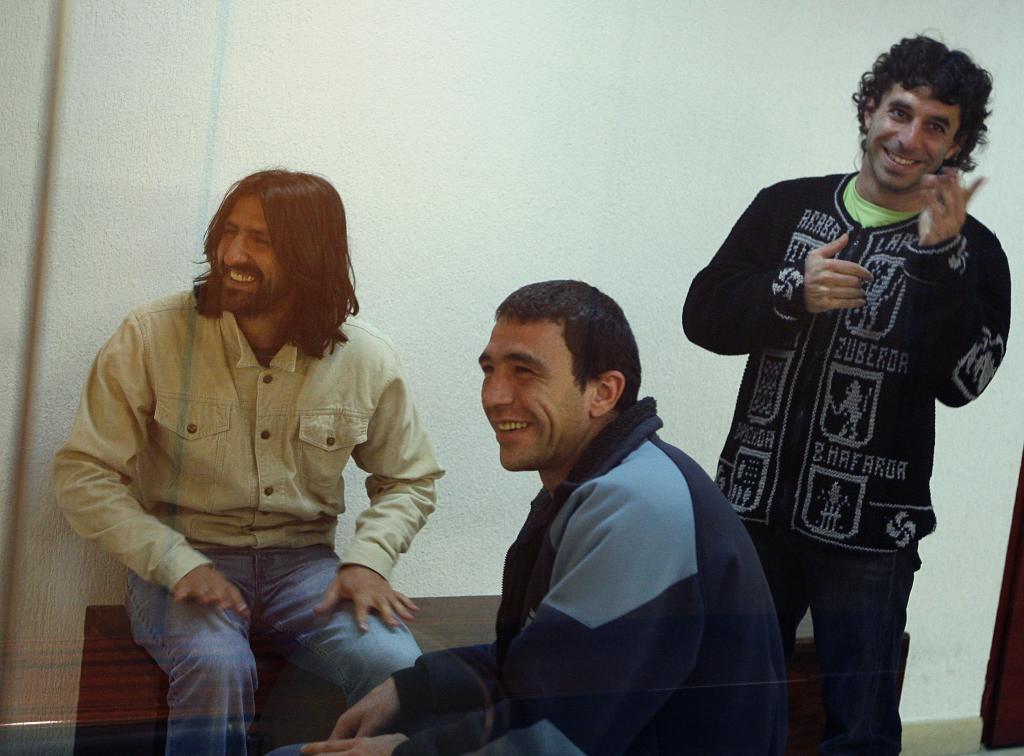 González Sola, en el centro, junto a otros dos condenados de ETA.