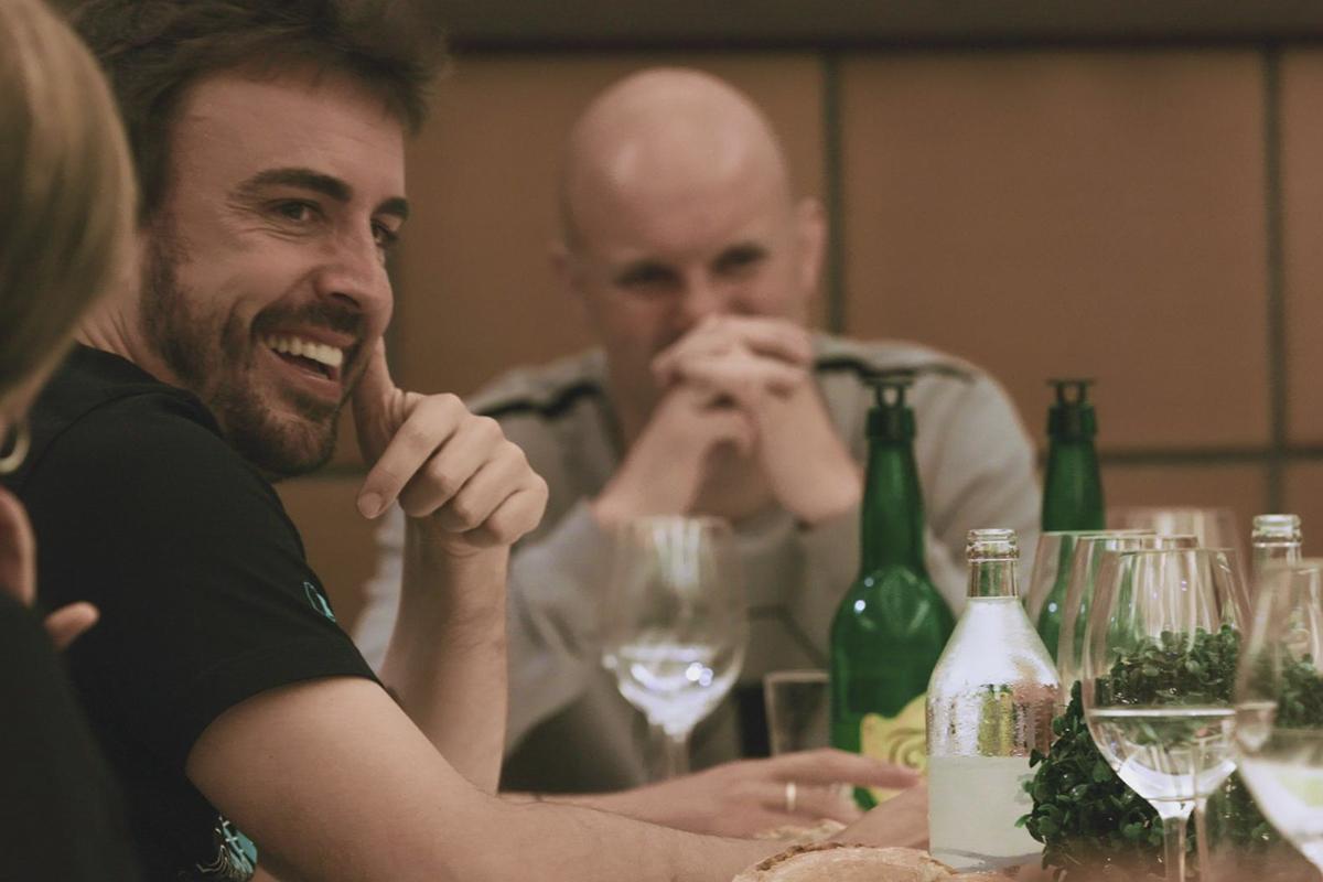 El piloto, en plena cena con amigos en Asturias, en otra escena de la serie.