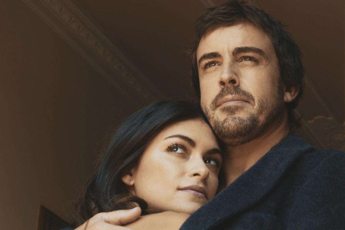 Alonso y su pareja, Linda Morselli, durante una sesión de fotografía que también aparece en la serie.