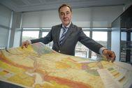 El viceconsejero Antonio Aiz con un enorme plano de las obras de la 'Y' en su despacho del Gobierno vasco.