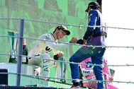 Sainz felicita a Gasly en el podio de Monza.