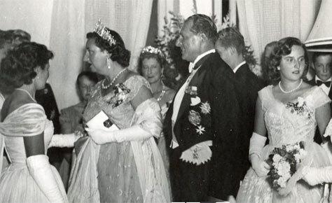 Los padres de don Juan Carlos en una fiesta en el hotel.