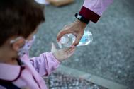 Un niño se desinfecta las manos en un colegio de Madrid, durante la actual 'vuelta al cole'.