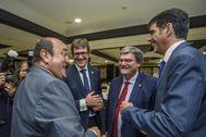 Andoni Ortuzar bromea con Gorka Urtaran, Juan Mari Aburto y Eneko Goia en una conferencia política en Bilbao.