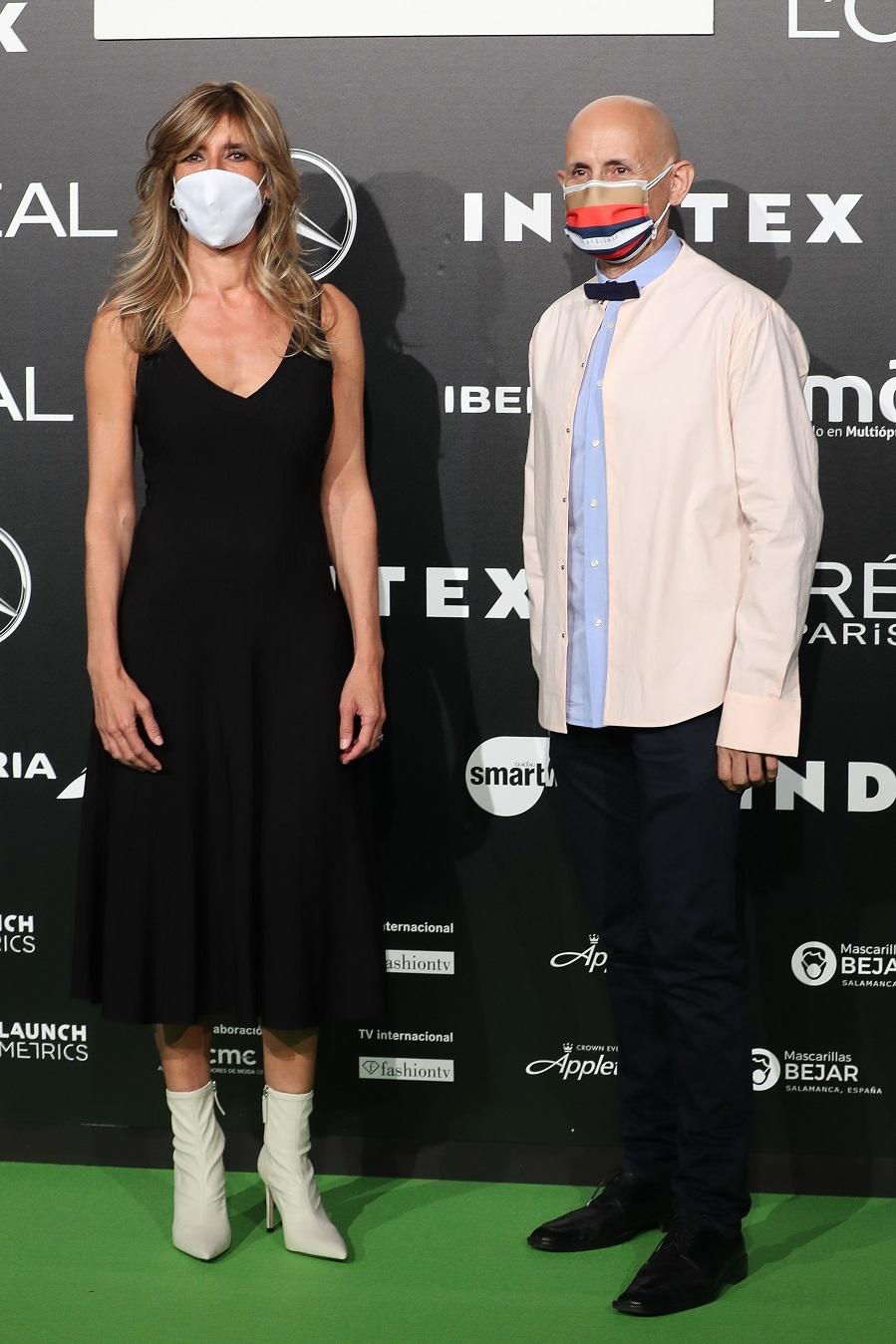 Begoña Sánchez y el diseñador Modesto Lomba minutos previos al inicio del desfile de Devota & Lomba