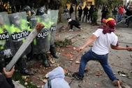 Manifestantes se enfrentan hoy con la Policía, durante una protesta por la muerte de Javier Ordóñez, en Bogotá.