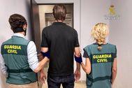 Agentes de la Guardia Civil, con el hombre suizo detenido por abusos a menores.