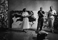 Lee Krasner, Jackson Pollock y un amigo, en el estudio del artista en Long Island, en 1953.
