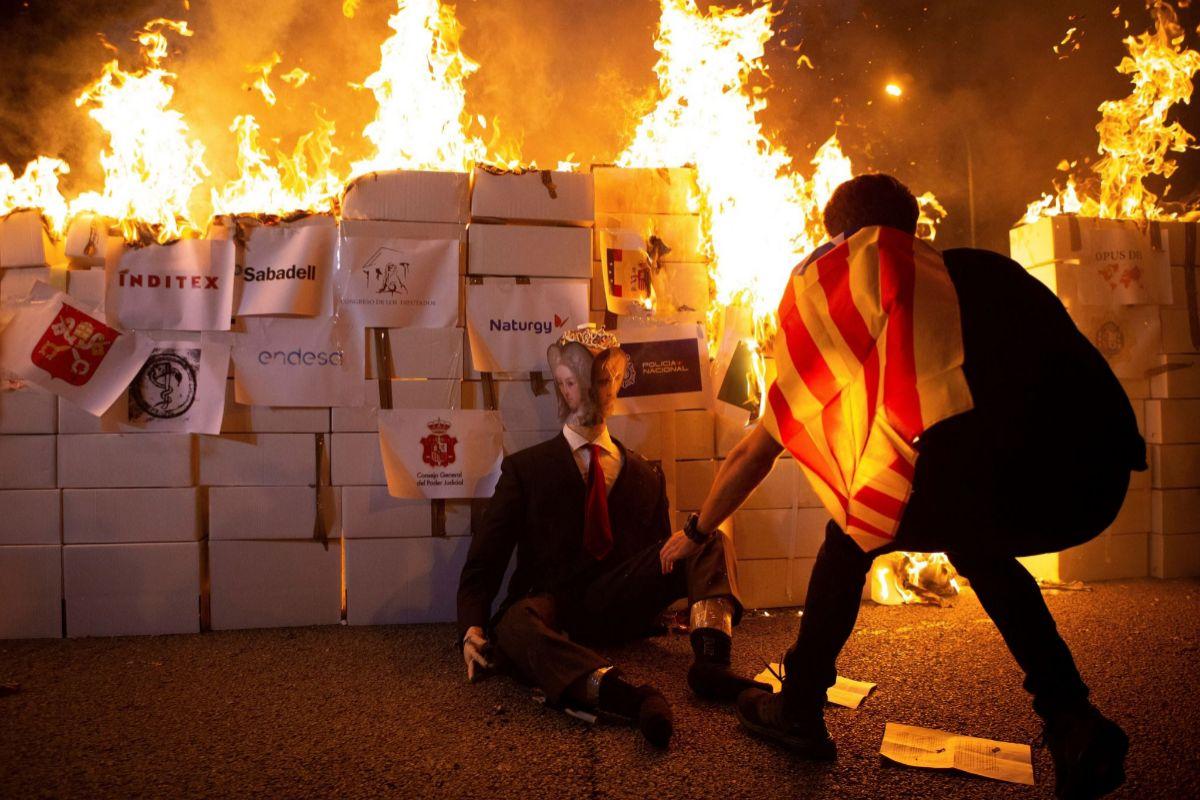 Radicales queman un muñeco del Rey.