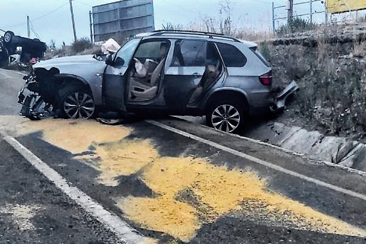 Un coche camuflado de la Guardia Civil, tras ser atacado por los narcos en Manilva, Málaga