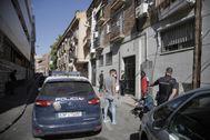 La Policía Nacional, el pasado jueves, frente al edificio okupado de la calle de Nicolás Morales de Carabanchel.