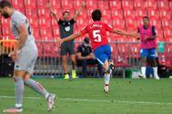 Luis Milla festeja el segundo gol de la tarde en el Nuevo Los Cármenes.