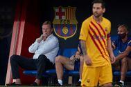 GRAF3738. BARCELONA.- El entrenador del FC Barcelona Ronald Koeman (i) ante el delantero argentino Lionel lt;HIT gt;Messi lt;/HIT gt; (d) durante el primer partido de pretemporada contra el Nástic de Tarragona, hoy sábado en el Estadio Johan Cruyff, en Barcelona.
