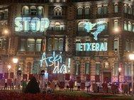 Lemas por lols presos proyectados anoche en la Delagación  del Gobierno en Bilbao.