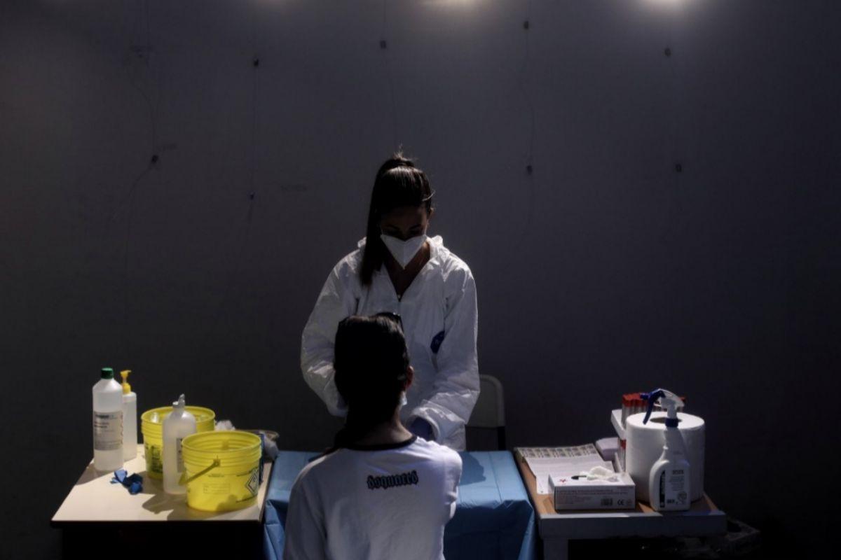 Una sanitaria extrae sangre a una mujer en Arroyomolinos, Madrid.
