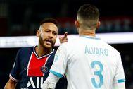 Neymar se encara con Álvaro, durante el partido.