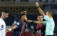 Paris (France).- Paris Saint-Germain's lt;HIT gt;Neymar lt;/HIT gt; (C) argues with French referee Jerome Brisard (R) during the French Ligue 1 soccer match between Paris Saint-Germain (PSG) and Olympique Marseille at the Parc des Princes stadium in Pa?ris, France, 13 September 2020. (Francia, Marsella, Roma) EPA/